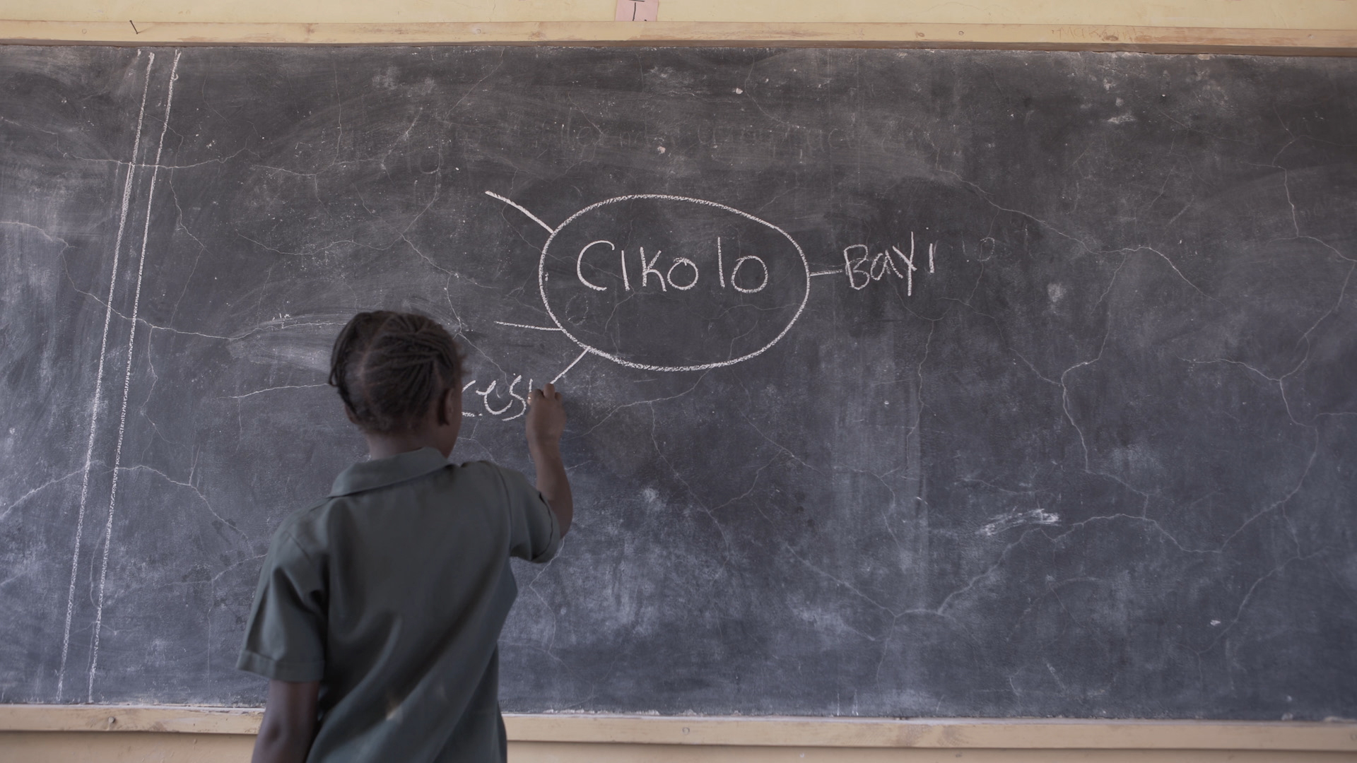 A child writes a mind map on the board during a Teaching at the Right Level activity in Zambia.