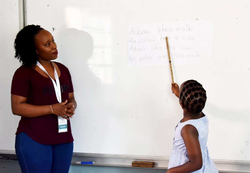 A Young 1ove team member conducts a practice TaRL reading class during the TaRL Workshop 2019.