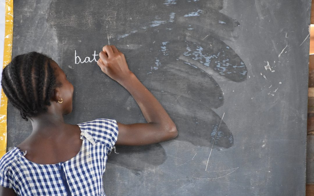 A child writes on the board during a TaRL class in Côte d'Ivoire.